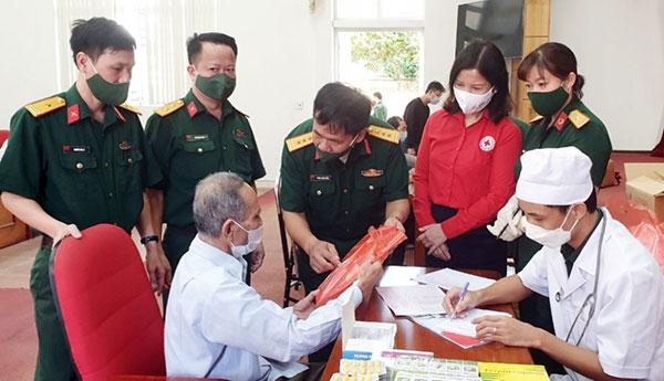 Quảng Ninh: Khám bệnh, cấp phát thuốc miễn phí cho đối tượng chính sách, người có công - Ảnh 2.