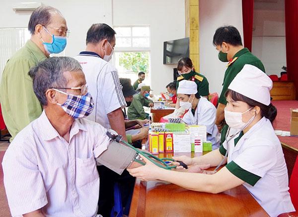 Quảng Ninh: Khám bệnh, cấp phát thuốc miễn phí cho đối tượng chính sách, người có công - Ảnh 1.