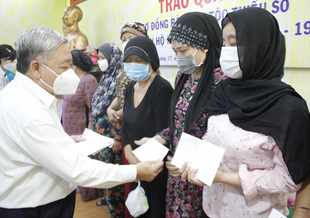 TP. Hồ Chí Minh: Trao quà của UBDT hỗ trợ đồng bào DTTS thuộc diện hộ nghèo bị nhiễm Covid-19 - Ảnh 2.