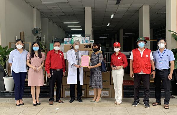 TP.Hồ Chí Minh: Trao tặng vật tư y tế đến các bệnh viện điều trị Covid-19 - Ảnh 2.