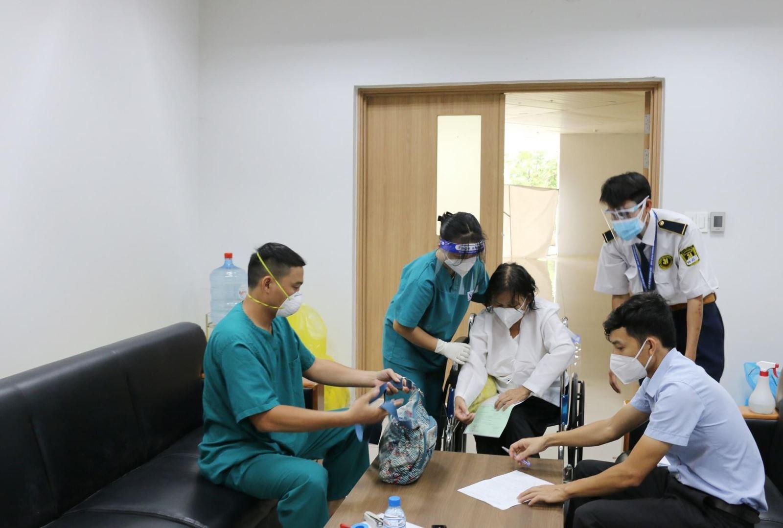 Trao trả tài sản trị giá gần 100 triệu đồng cho bệnh nhân mắc COVID-19 trong ngày xuất viện - Ảnh 1.