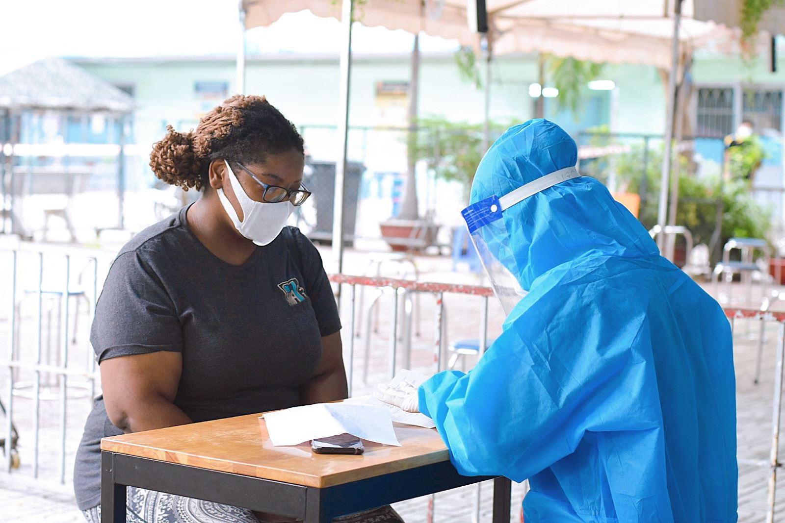 TP Hồ Chí Minh: Hỗ trợ người nước ngoài gặp khó khăn do dịch COVID-19 - Ảnh 1.