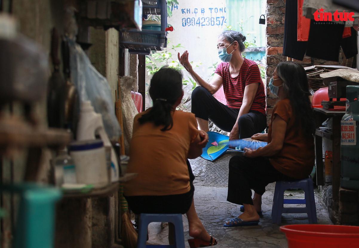 Người dân 'xóm chạy thận' ở Hà Nội vật lộn dưới cái nóng gay gắt - Ảnh 3.