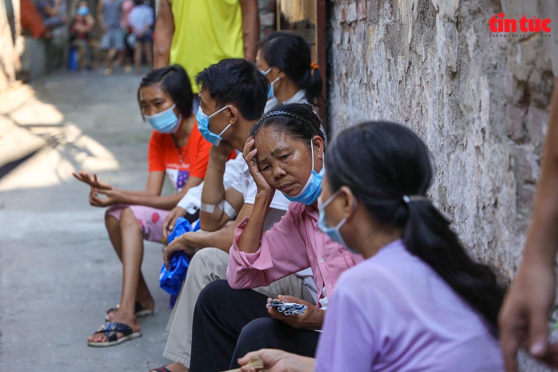 Người dân 'xóm chạy thận' ở Hà Nội vật lộn dưới cái nóng gay gắt - Ảnh 2.