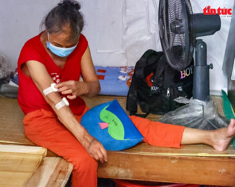 Người dân 'xóm chạy thận' ở Hà Nội vật lộn dưới cái nóng gay gắt - Ảnh 6.