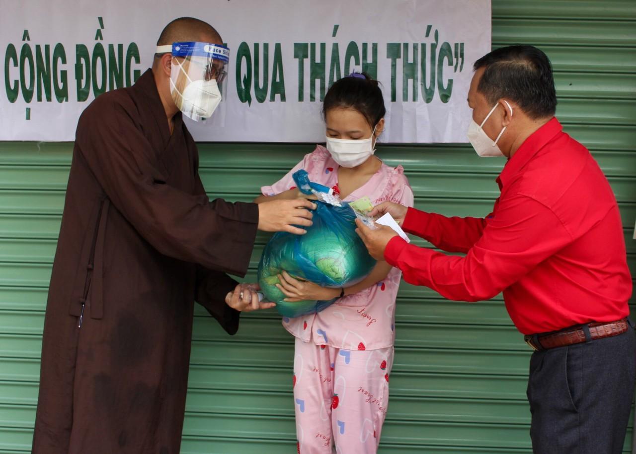 """Bình Chánh (TP.Hồ Chí Minh): Trao tặng 550 """"Túi an sinh"""" đến người lao động có hoàn cảnh khó khăn - Ảnh 1."""