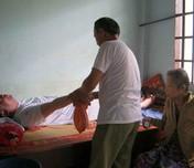 Cha thương binh chăm con mù lòa, bệnh tật