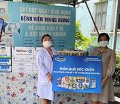 Vinamilk gửi tặng sữa và nhiều phần quà đến các Bác sĩ, bệnh F0 tại Bệnh viện Trưng Vương