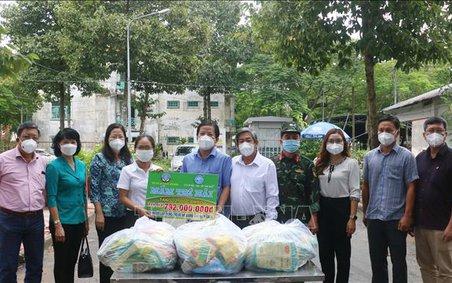 Trao tặng 12.000 túi quà an sinh cho người lao động về quê