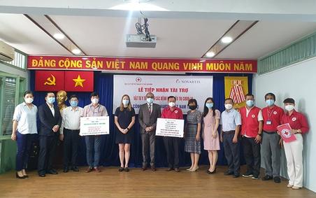 TP.Hồ Chí Minh: Trao tặng vật tư y tế đến các bệnh viện điều trị Covid-19