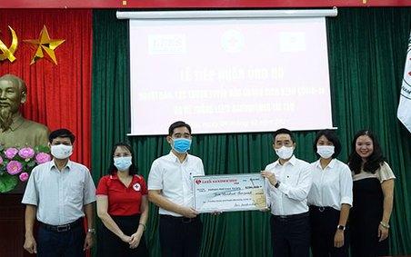 Tiếp nhận 200.000 USD Hệ thống Lee's Sandwiches ủng hộ phòng chống dịch Covid-19