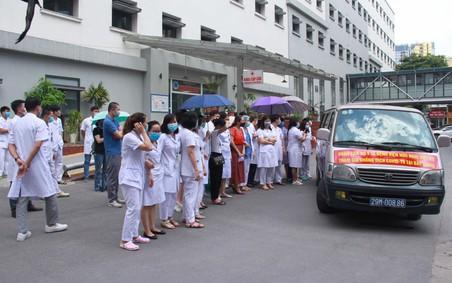12 y, bác sĩ của Bệnh viện Hữu nghị lên đường ra 'tiền tuyến' chống dịch