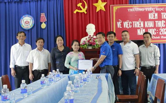 Hỗ trợ cho giáo viên vượt khó tại xã biên giới Khánh Hưng, tỉnh Long An
