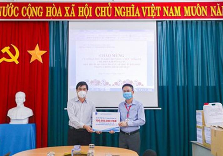 Công ty Chế biến khí Vũng Tàu trao vật tư y tế giúp nhân dân chống dịch