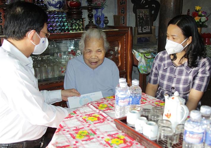 Bí thư Tỉnh ủy Bình Định tặng quà người có công huyện Tây Sơn