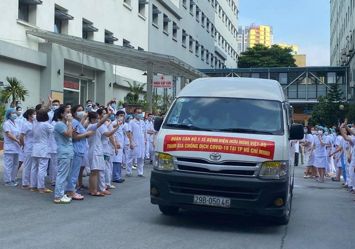 Đoàn quân áo trắng của Bệnh viện Hữu Nghị lên đường hỗ trợ TP Hồ Chí Minh chống dịch
